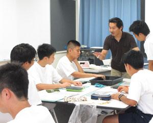 指導する橋本先生