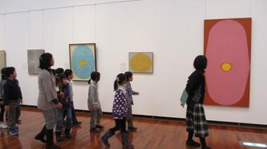 どんな作品があるか、みんなで展示室をぐるりと一周してみました。