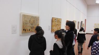 各自での鑑賞時間には、美術館スタッフに素直で鋭い発見をたくさん教えてくれました。