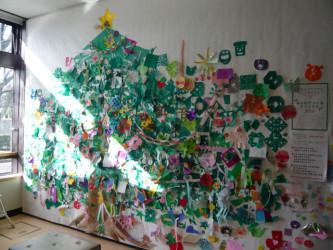オーナメントのたくさんついたツリーの写真